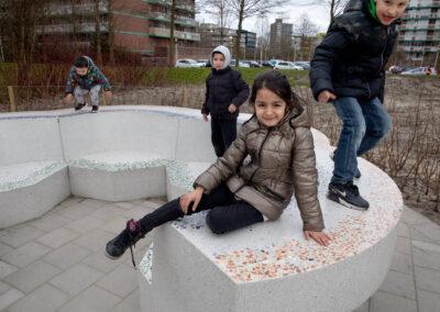 Bloembank, Sculpturale bank op schoolplein in Terrazzo beton
