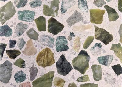 bloembank-detail: terrazzo-beton-natuursteen-groen-aventurijn